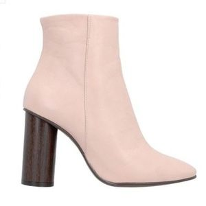 CROSS WALK Ankle boot, pale pink. Size 8 (US).